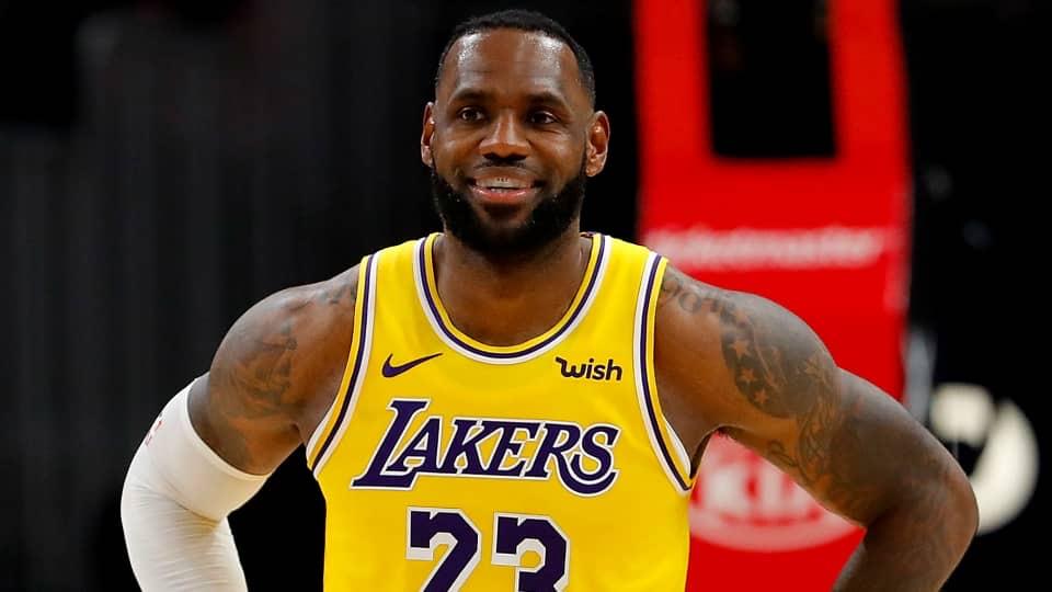 LeBron James celebra triple : juego 1300 como profesiónal, victoria y liderazgo de su división